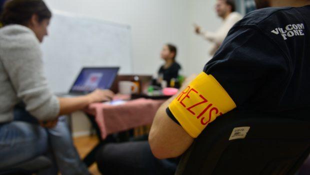 """Circulă pe internet: """"Frățiorul meu cu banderola#rezist. Hai să-ți explic ce s-ar putea să-ți fi scăpat. Dacă nu te-ai […]"""
