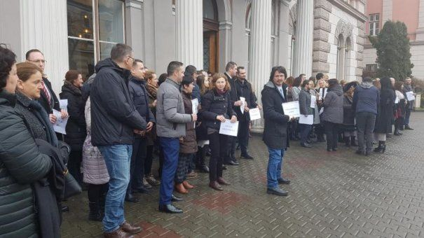 Aproape toată lumea, cu excepţia spălaţilor pe creier, înţelge că numai justiţie nu se face în România! În ciuda […]