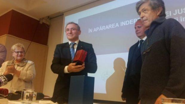 """Cine îi dă lui Augustin Lazăr premiul """"Speranța"""" încălcând Proclamația de la Timișoara. Brîndușa Armanca și-a făcut antrenamentul cu […]"""