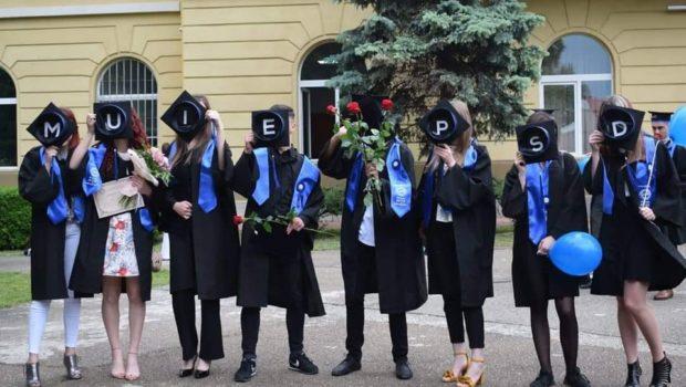 """Generația degeneraților sau educație cu felație Un grup de absolvenți ai liceului teoretic """"Miron Costin"""" din Iași […]"""