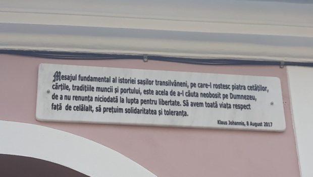 Kim Jong-un moare de invidie!  Cultul personalității în Iohannistan!Citate din Iohannis pe case din Sibiu! Nici nu s-a […]