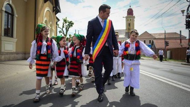 Controversatul și vânatul primar al municipiului Baia Mare, cu un mandat câștigat din celula arestului preventiv, Cătălin Cherecheș, a […]