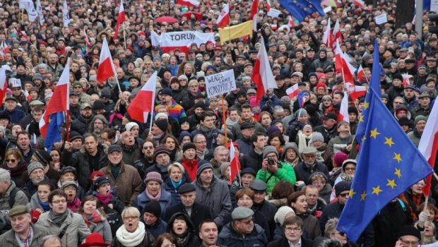 """""""Strada și străinătatea"""" – aceeași rețetă în tot Estul Europei Polonia a început anul 2020 în colimatorul Curții […]"""