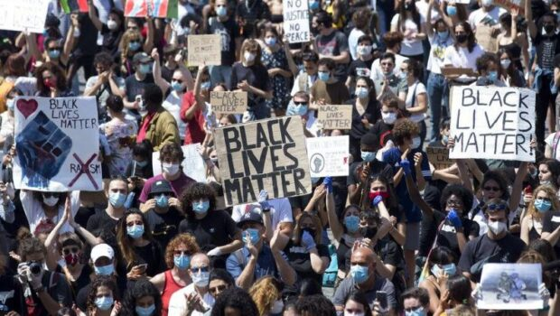 În SUA, poliţia e umilită grav, se dărâmă statui (incorecte politic din punctul de vedere al Black Lives Matter), […]