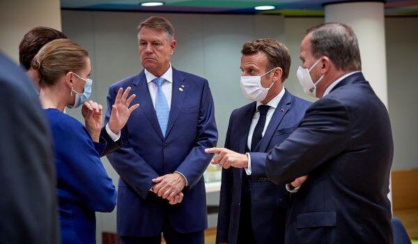 Klaus Iohannis a fost surprins de fotografii oficiali ai Consiliului European fără mască, în interior, în compania mai multor […]