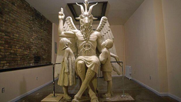 O statuie controversată dezvelită de Templul Satanic la o ceremonie secretă în Detroit a atras proteste. Dar cine este […]