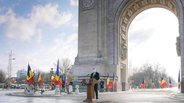 București, 1 Decembrie 2020, Arcul de Triumf, ora 11.00. Nesimțitul național coboară plin de morgă din limuzina Mercedes S500. […]